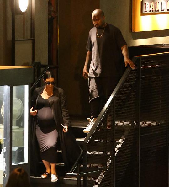 Kim s manželem vyrážejí na společnou večeři s její matkou a jejím milencem.