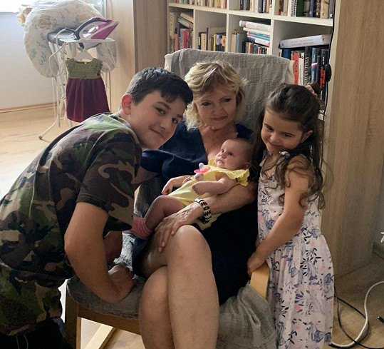 Herečka se svými vnoučaty