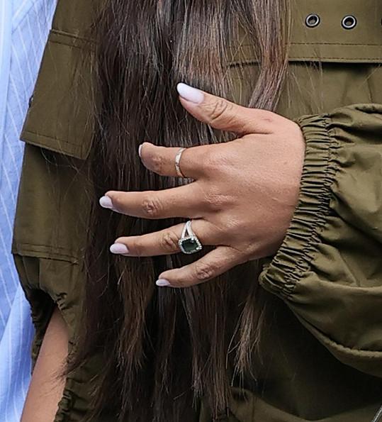Tenhle nádherný zásnubní prsten jí byl odcizen z ložnice při stěhování.