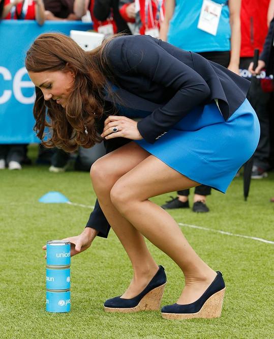 Problém pro ni nebyly šaty ani vysoké boty.
