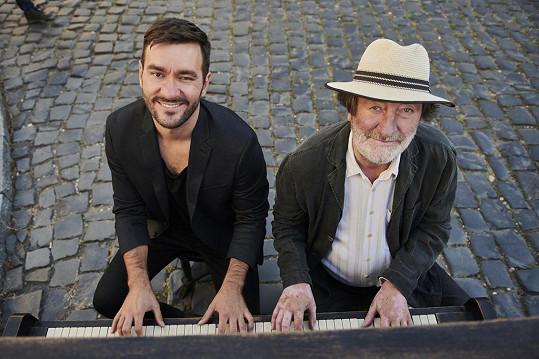Zahráli si spolu na klavír.