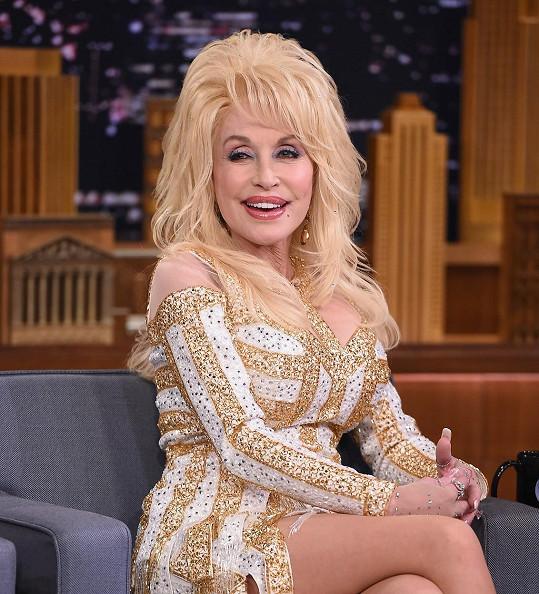 Dolly Parton prý nemá čas stárnout.