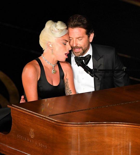 Lady Gaga a Bradley Cooper vystoupili s písní Shallow, za niž si zpěvačka odnesla Oscara.