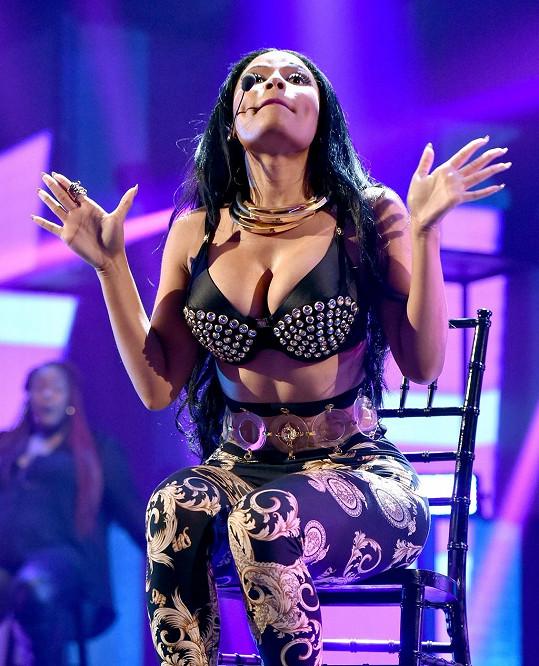 Nicki Minaj provokovala fanoušky v kožené podprsence.