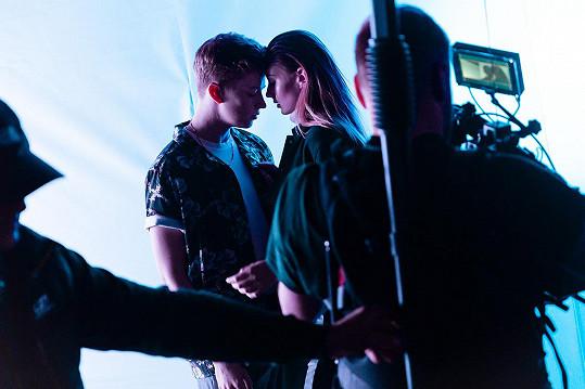 Do videoklipu navíc přizval svoji přítelkyni, modelku Dianu Kratochvílovou.