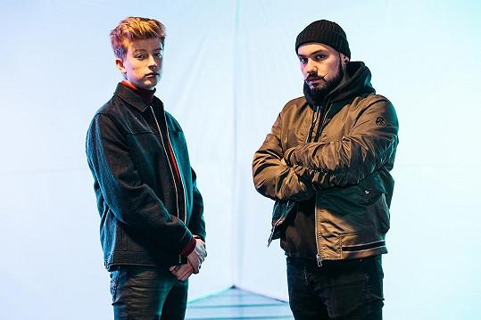 Na textu spolu s Adamem a Matějem Vávrou spolupracoval hostující raper s vietnamskými kořeny Renne Dang.