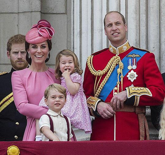 Na přehlídku Trooping the Colour se v červnu nastrojila celá rodina.