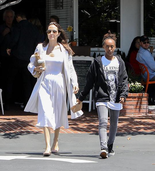 Angelina vypadala v ulicích západního Hollywoodu ve světlých šatech jako anděl.
