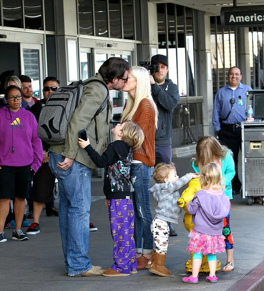 Tori a Dean před kamerou předstírají dokonalé rodinné štěstí.