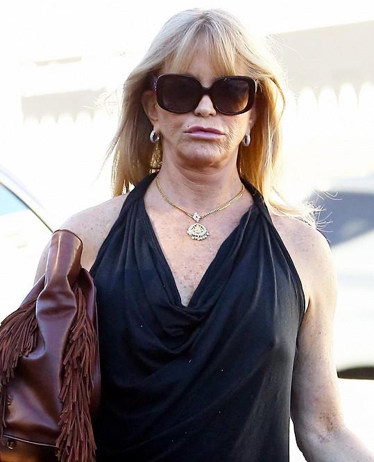 Goldie je na svá malá prsa zřejmě pyšná.
