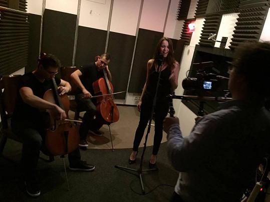 Karolína při natáčení písničky