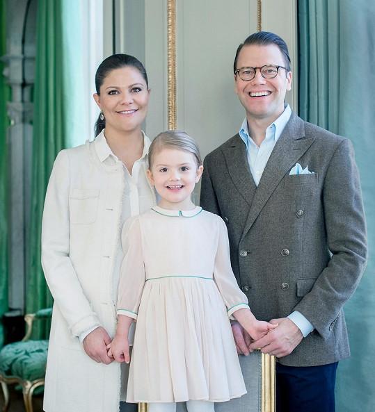 Švédská korunní princezna Victoria s manželem Danielem a jejich prvorozenou dcerou Estelle