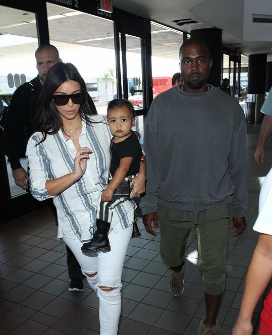 S manželem přiletěly do Austrálie i Kim Kardashian a dcera North.