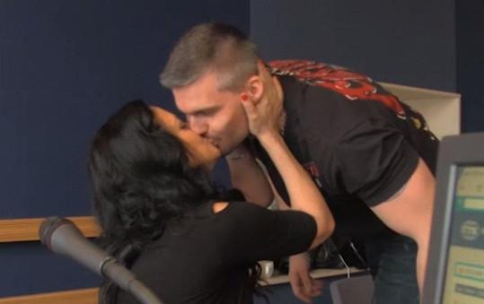 Jejich první veřejný polibek