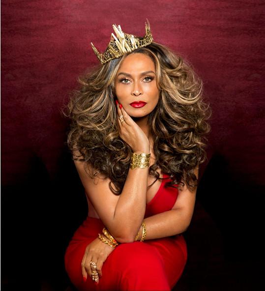 Tina Knowles symbolizuje zralou ženskou smyslnost.