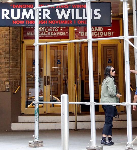 Demi Moore před divadlem s vývěskou lákající na její dceru.