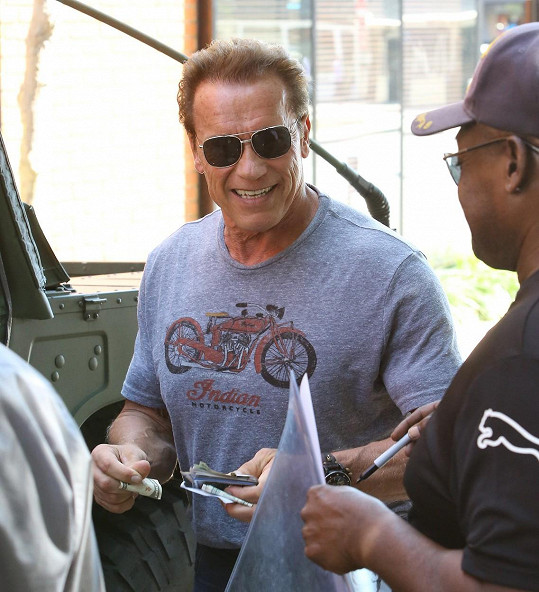 Arnold Schwarzenegger se po úspěšné schůzce ochotně podepisoval fanouškům na ulici.