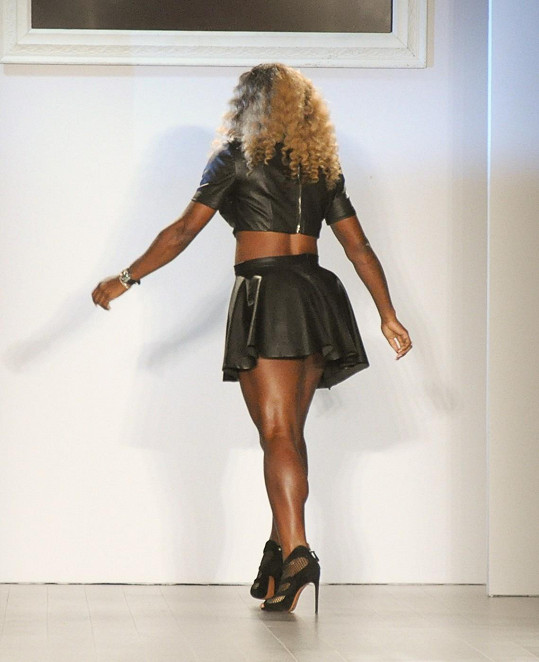 Serena představila svou kolekci v dráždivém kompletu minisukénky a krátkého topu.