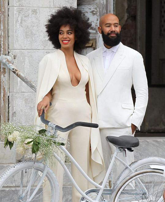 Svatební outfit odhalil zpěvaččina ňadra.