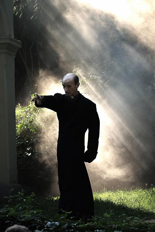 Příběh se točí kolem případů kněží vydíraných StB.