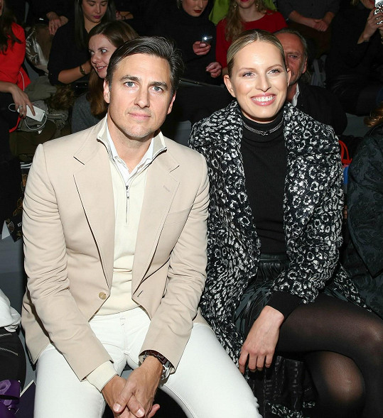 Karolína Kurková si s manželem nenechali ujít módní show v Berlíně.