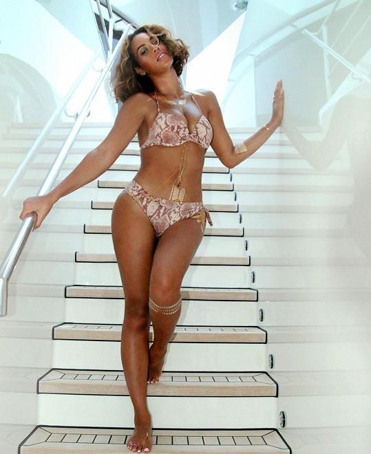 Beyoncé se ve Francii vystavila v bikinách.