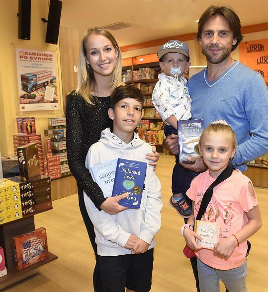 Roman Vojtek s přítelkyní, jejím mladším bráškou a dětmi