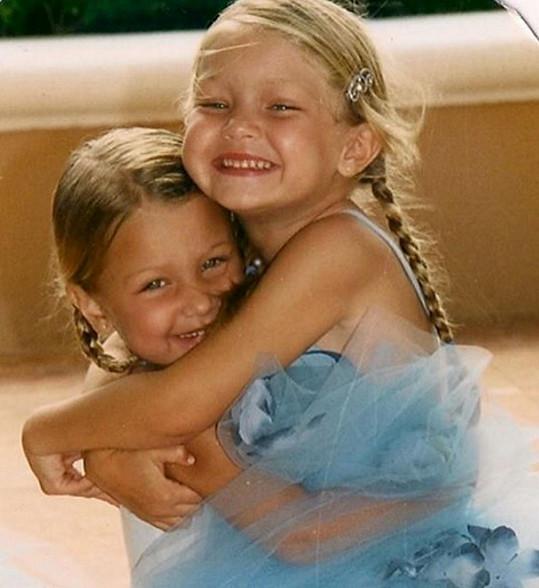 Gigi (vpravo) měla vždy kulatý obličej a buclaté tvářičky. Na snímku se sestrou Bellou.
