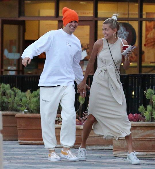 Justin Bieber je šťastný po boku Hailey Baldwin.
