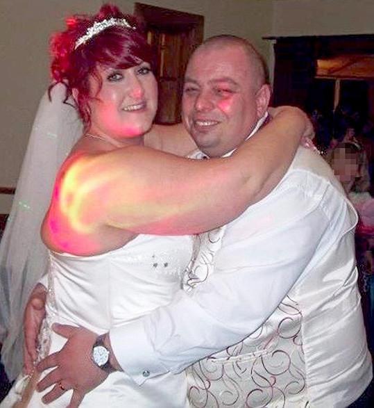 Na svatbě jim dělalo problém i objetí.