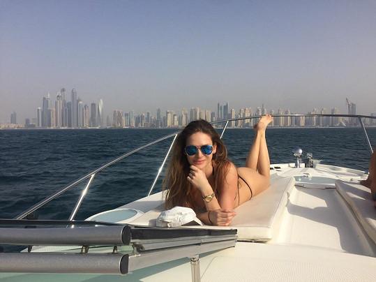 """Modelku vždy fascinuje pohled na """"dubajský Manhattan""""."""