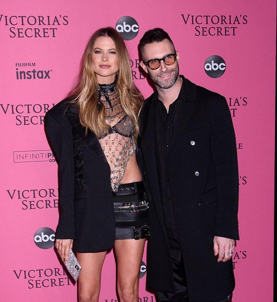 Adam Levine a Behati Prisnloo jsou svoji už pět let.