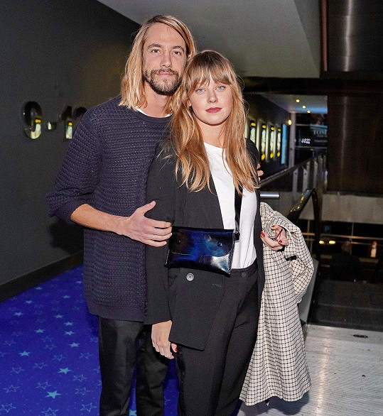 Jenovéfa Boková s přítelem Martinem Složilem na premiéře filmu Toman.