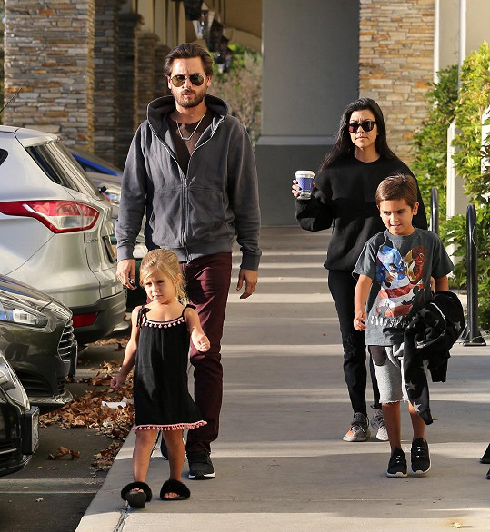 Kourtney je poslední dobou stále častěji vídána s expartnerem Scottem Disickem a jejich dětmi.