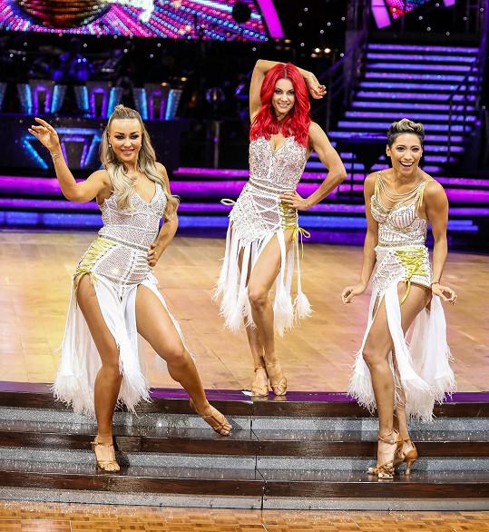 Buswell (uprostřed) je známá z televizní show Strictly Come Dancing, britské předlohy StarDance.