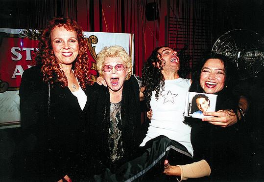 Jana Andresíková na snímku z roku 2001 s Marcelou Holanovou, Richardem Sacherem a Michaelou Linkovou.