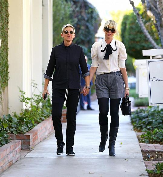 I moderátorka Ellen DeGeneres (vlevo) se manželů zastala. Na snímku s partnerkou Portiou de Rossi