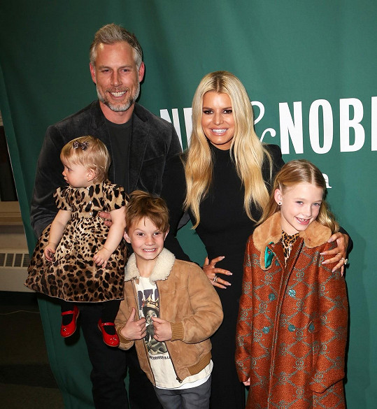 S manželem Ericem Johnsonem a dětmi