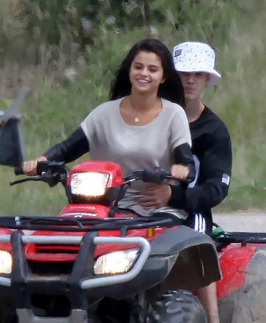 Justin v apartním kloboučku se staronovou láskou Selenou odjeli do Kanady za jeho otcem.
