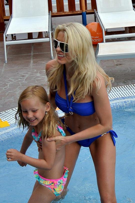 S dcerou řádila v bazénu.
