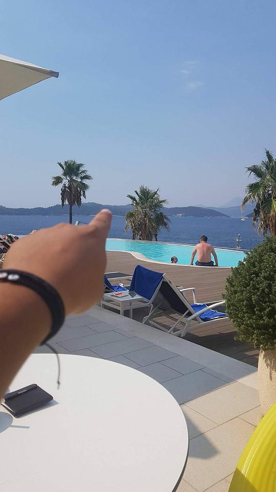 Zpěvák ukazuje na ostrov Lopud, kde požádal přítelkyni o ruku.