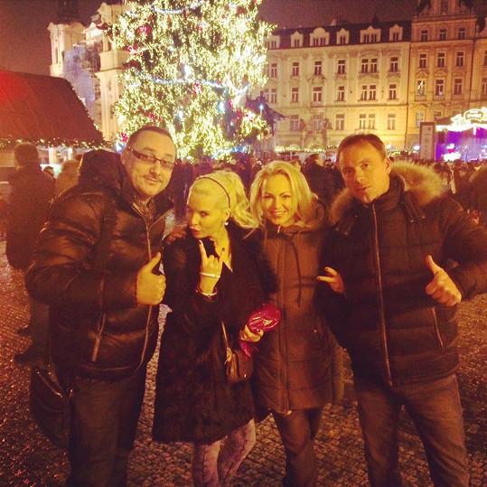 Nemohla chybět návštěva Staroměstského náměstí s kamarády, zpěváky Marianem Vojtkem, Martinou Pártlovou a Zdeňkem Hrubým.