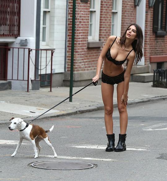 Emily v nové reklamě pro DKNY