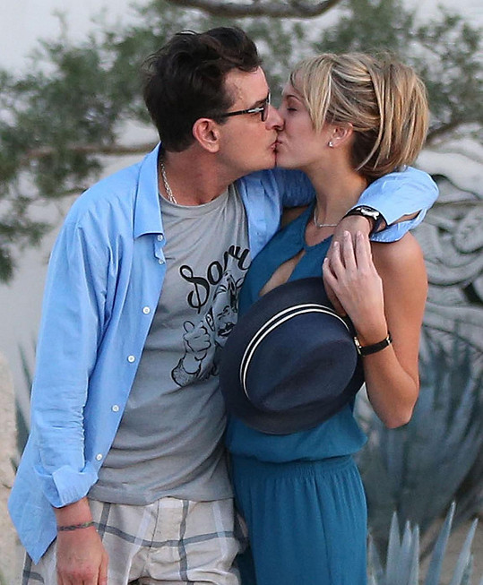 Romance Charlieho Sheena s pornoherečkou Brett Rossi však neměla šťastný konec.