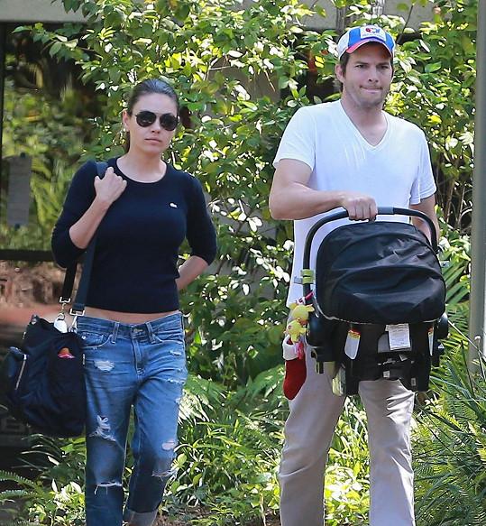 Ashton Kutcher si s Milou Kunis pořídil dceru Wyatt.