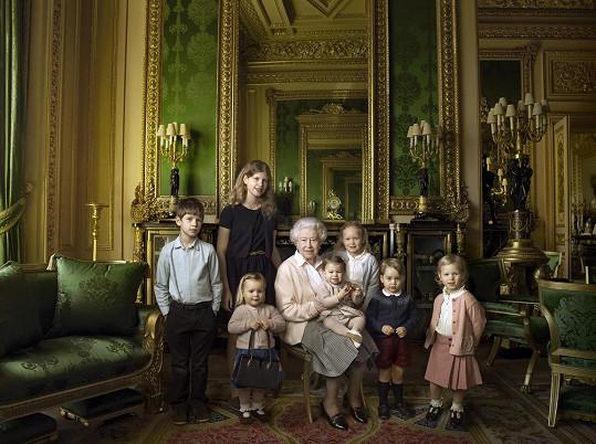 Alžběta II. se nechala zvěčnit se svými vnoučaty a pravnoučaty.