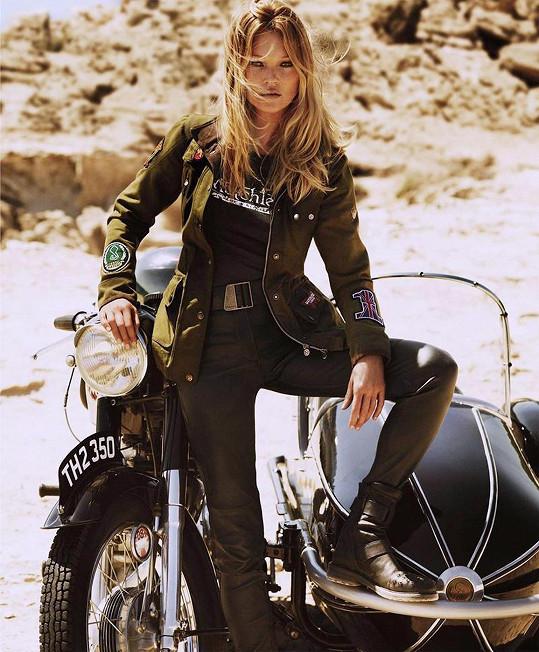 Kate Moss nemá o zakázky nouzi ani po čtyřicítce.