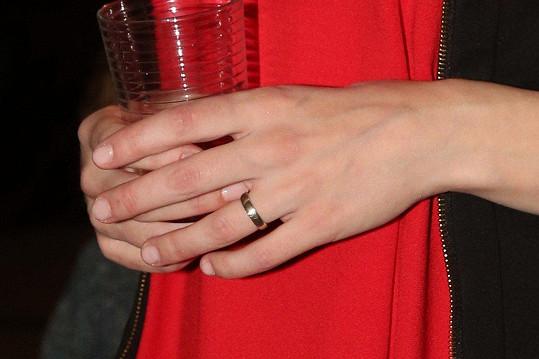 Ukázala nám snubní prsten