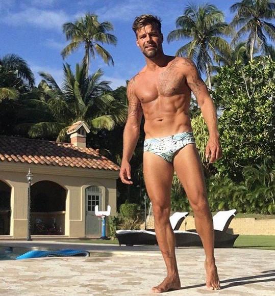 Portorický zpěvák Ricky Martin má i ve svém věku božskou postavu.