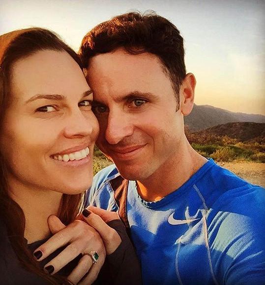 V březnu se herečka radovala ze zásnubního prstýnku.